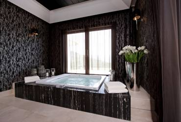 03 - Taylor Interiors Luxurious jacuzzi with marble Marbella