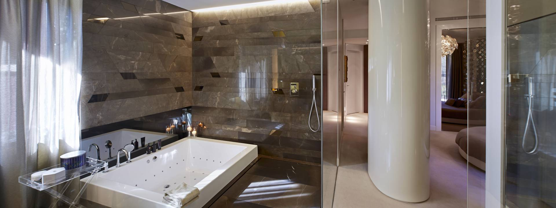 Exquisite villa.  Contemporary bathroom.