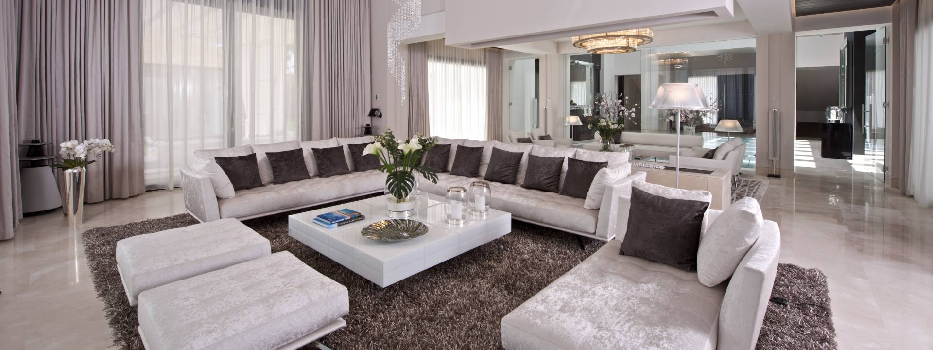 Exclusive Holiday Villa. Modern living room by Yvette Taylor London